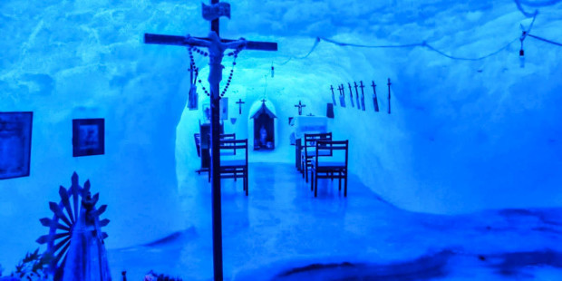 Rezando em uma capela de gelo