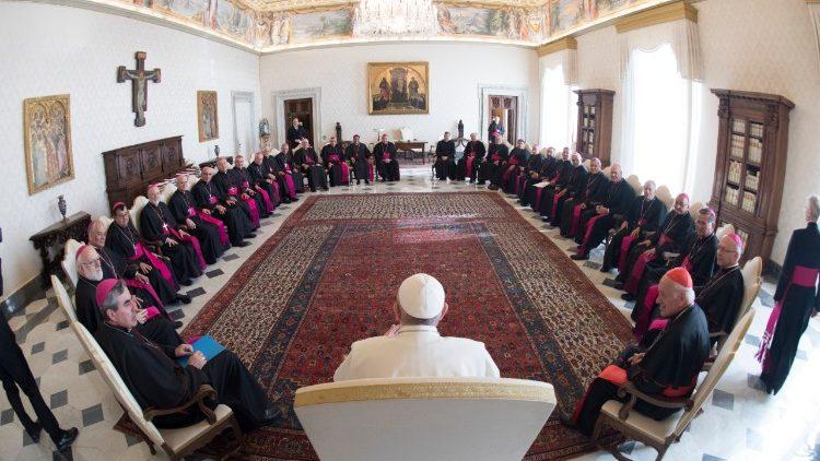 Papa Francisco aceita renúncia de três bispos chilenos